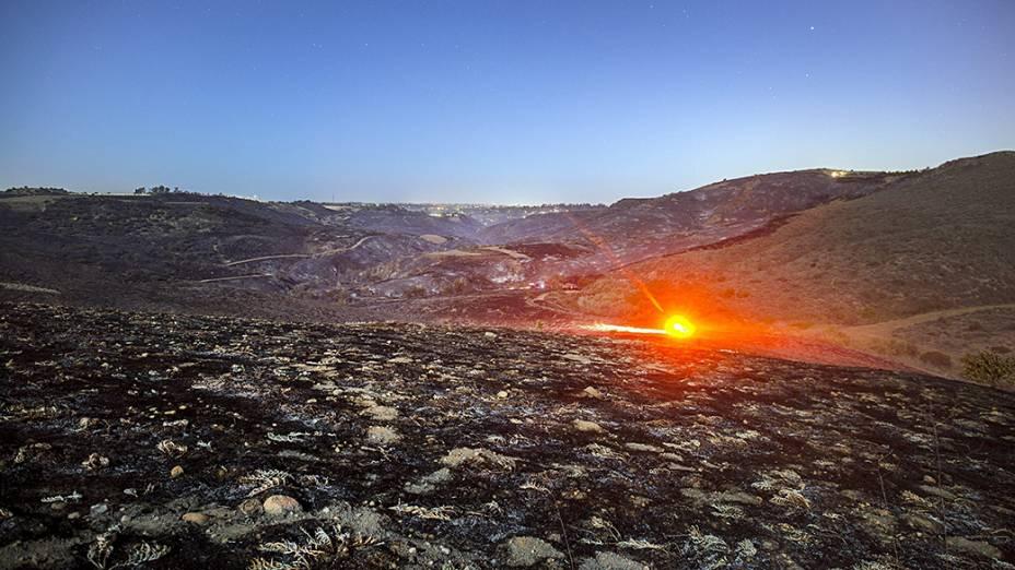 Extensão de terra queimada em um incêndio ao norte do condado de San Diego, na Califórnia