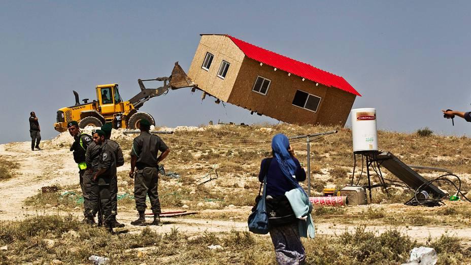 Policiais israelenses removem casa de assentamento judaico de Maaleh Rehavam, na Cisjordânia