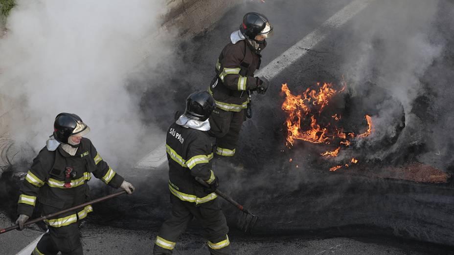 Manifestantes ligados à Ocupação Esperança, em Osasco (SP), realizam protesto na Rodovia Anhanguera, bloqueando a via sentido São Paulo, na altura do km 19, na manhã desta quinta-feira (15). O grupo colocou fogo em barreiros de pneus. O ato é parte de ações contra a Copa do Mundo