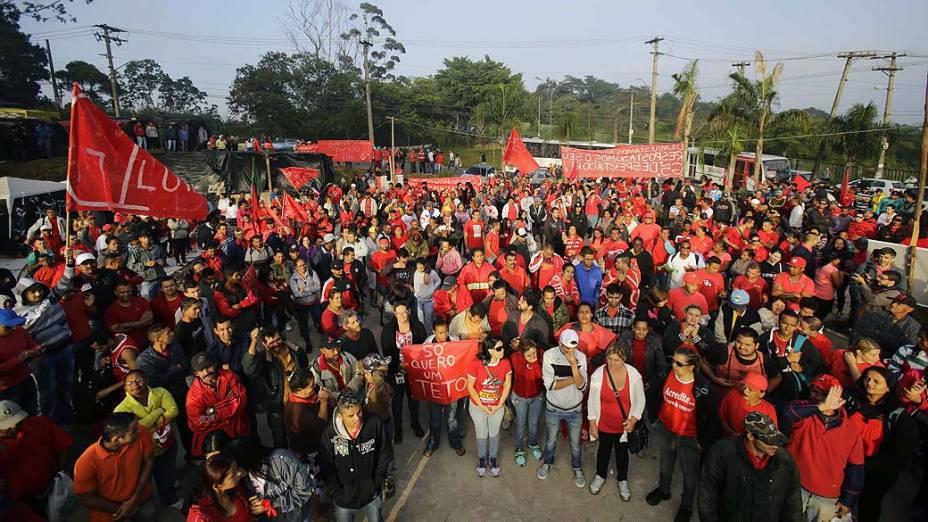 Sem-teto que vivem no acampamento da Copa do Povo, em Itaquera (zona leste), fazem manifestação nas proximidades do estádio Itaquerão, em São Paulo, nesta quinta-feira (15)<br>