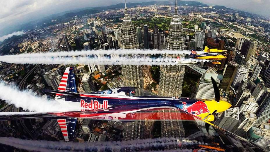 Nesta quinta-feira (15), aviões de acrobacia fazem performance com as torres Petronas ao fundo, em Kuala Lumpur, na Malásia
