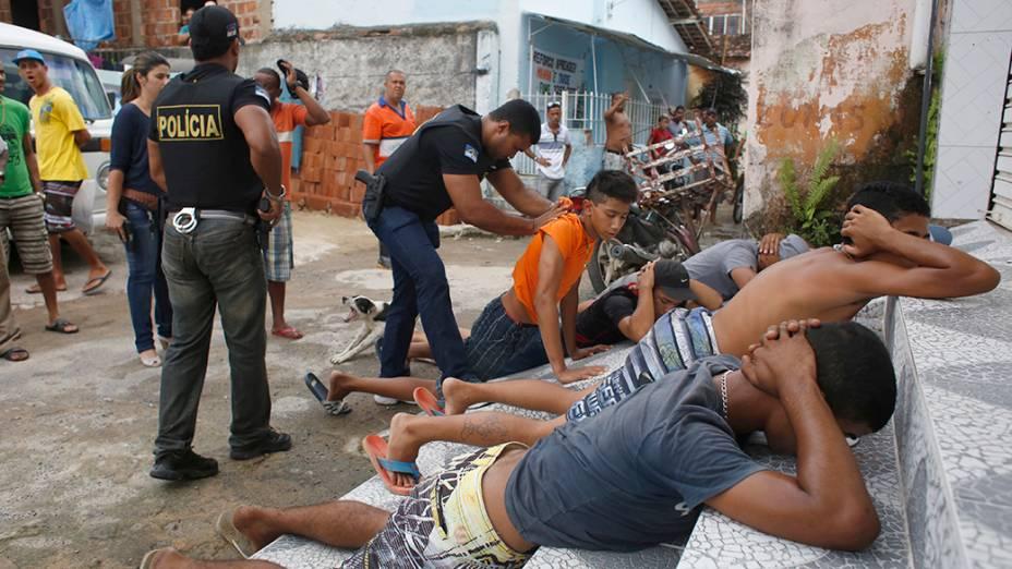No Recife, policiais prendem suspeitos de roubos em um bairro da periferia após onda de violência gerada por greve da PM na cidade