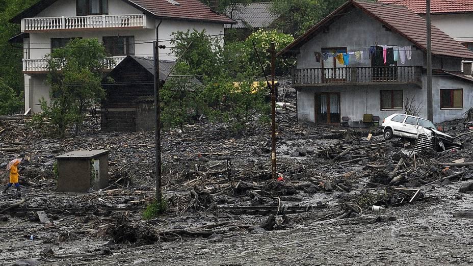 Vista de um deslizamento de terra na aldeia de Topcic Polje, perto da cidade bósnia de Zenic, após fortes chuvas na região