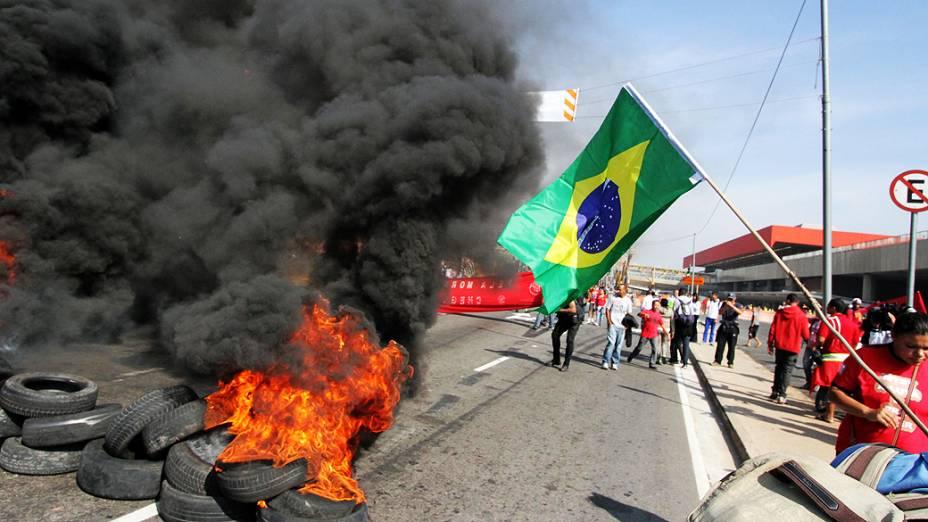 Sem-teto que vivem no acampamento da Copa do Povo, em Itaquera (zona leste), durante protesto nas proximidades do estádio Itaquerão, em São Paulo, nesta quinta-feira (15)