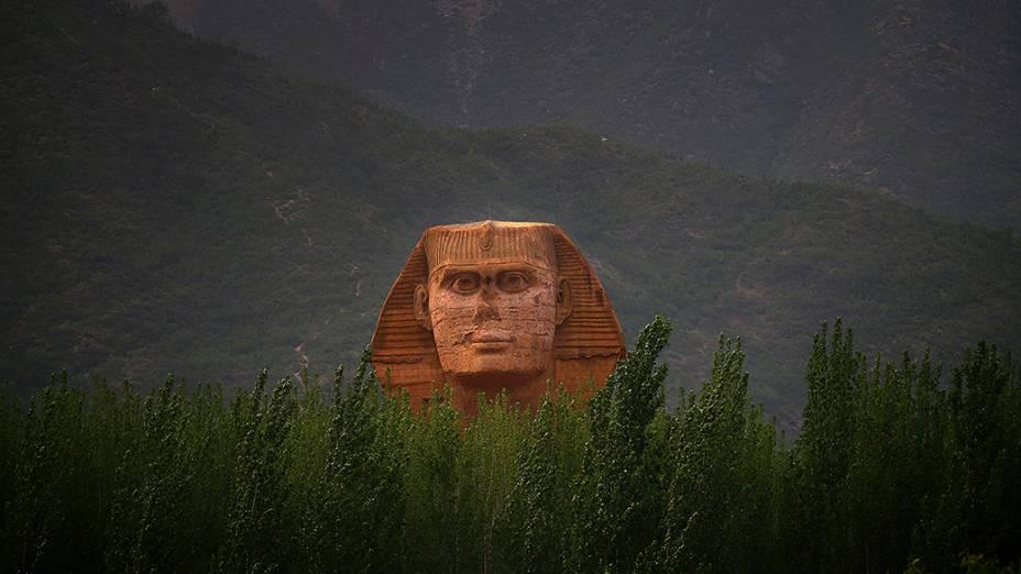 A cabeça de uma réplica em escala real de uma Esfinge, parte de um parque temático inacabado que também irá acomodar a produção de filmes, programas de televisão e animação, nos arredores de Shijiazhuang, na China