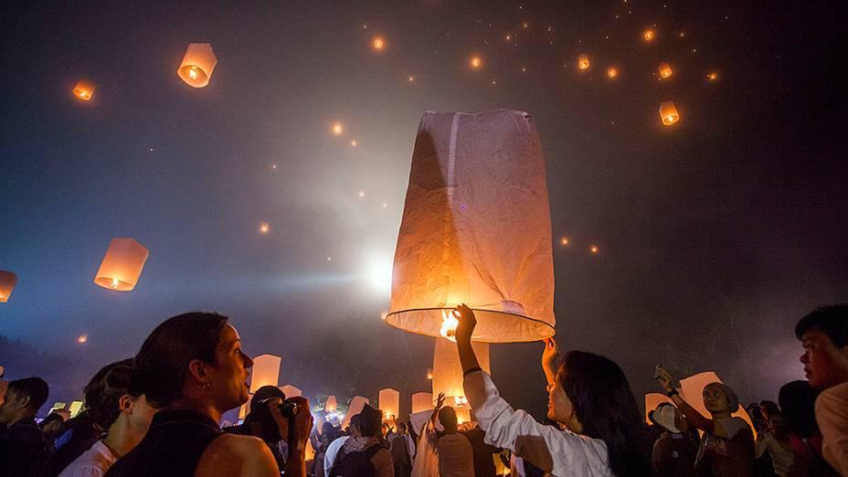Budistas acendem centenas de lâmpadas durante cerimônia no antigo templo de Borobudur, decorado com estátuas de Buda em Magelang, na Indonésia