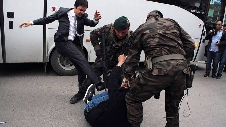 Manifestante é agredido por Yusuf Yerkel, assessor do primeiro ministro da Turquia Tayyip Erdogan, durante um protesto contra a visita de Erdogan em Soma, um distrito na província ocidental de Manisa
