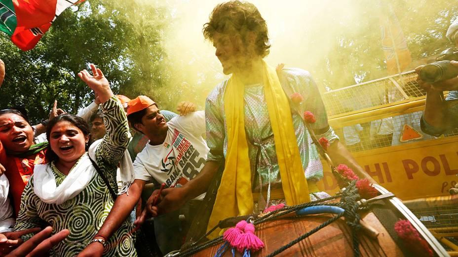 Indianos durante celebração da vitória de Narendra Modi, candidato eleito a primeiro-ministro da Índia diante da sede do partido em Nova Déli, nesta sexta-feira (16)