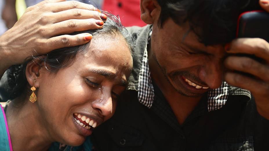 Casal chora às margens do rio Meghna, em Bangladesh; Equipes de resgate recuperaram pelo menos 22 corpos, depois que uma balsa naufragou durante uma tempestade na madrugada desta sexta-feira (16)