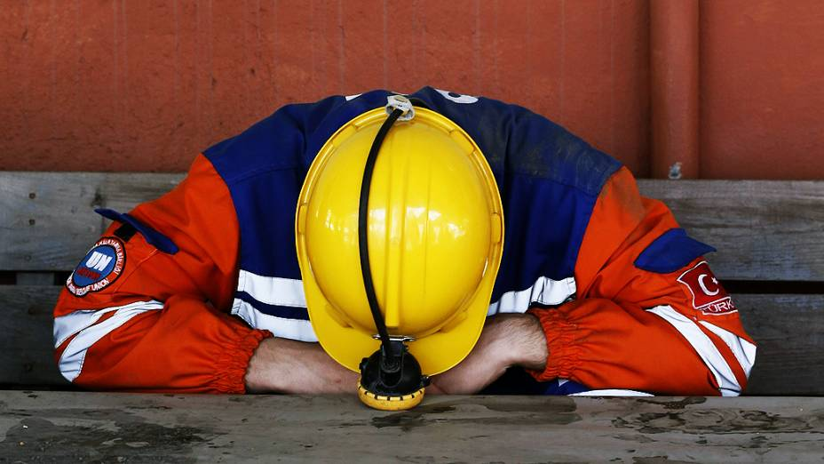Mineiro descansa em frente à mina de carvão que sofreu uma explosão na terça-feira (13), deixando mais de 280 mortos