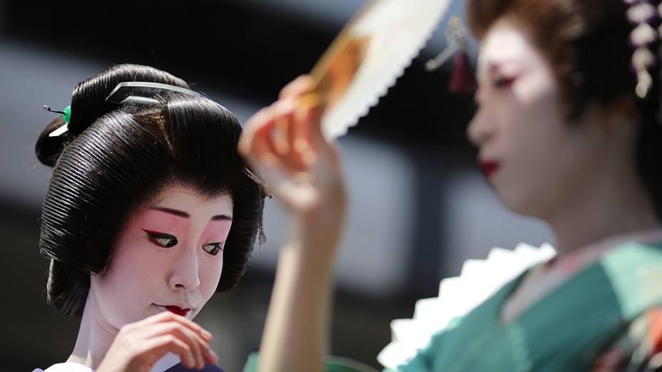 Mulheres vestidas como geishas desfilam pelas ruas de Tóquio, durante o festival anual de verão Sanja Matsuri