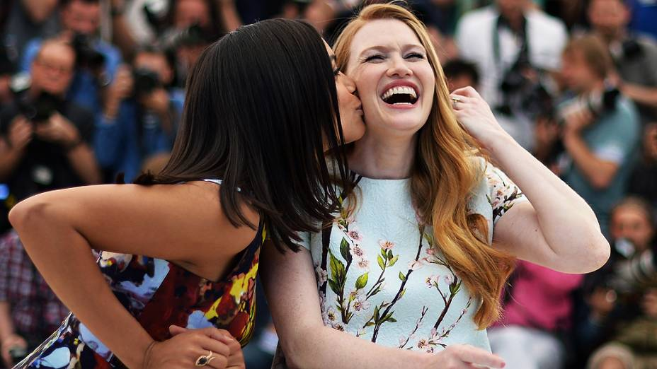 A atriz Rosario Dawson (esq.) beija a atriz Mireille Enos na apresentação de The Captives no Festival de Cannes, nesta sexta-feira (16)