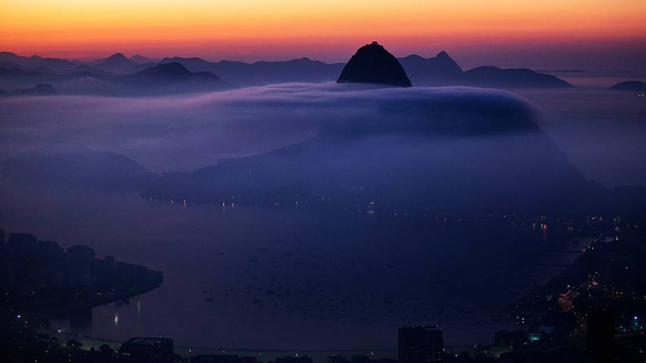 O Pão de Açúcar, no Rio de Janeiro é fotografado parcialmente coberto por neblina, nesta sexta-feira (16)