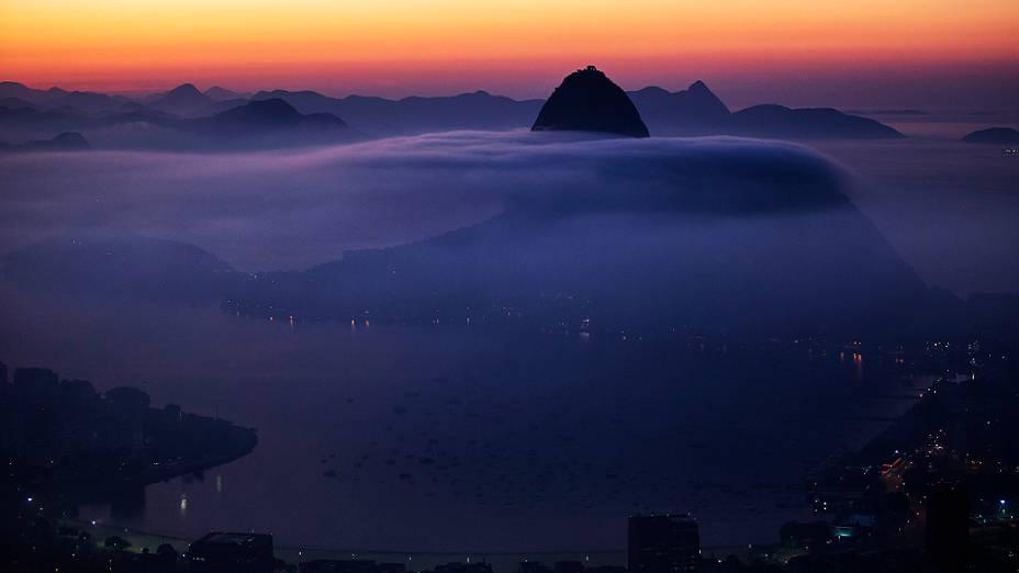 O Pão de Açúcar, no Rio de Janeiro é fotografado parcialmente coberto por neblina, na sexta-feira (16)