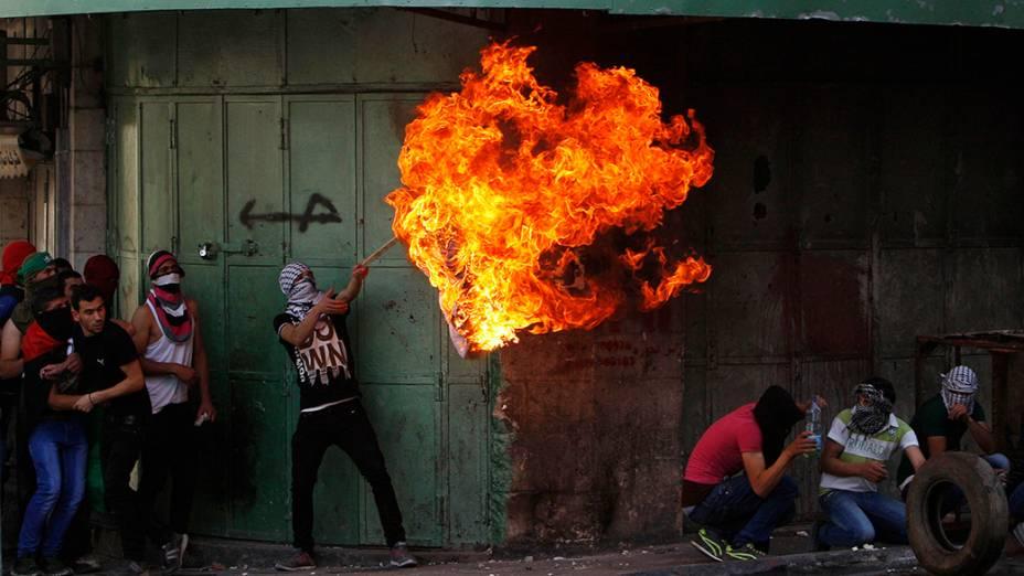 Palestinos queimaram bandeiras em solidariedade aos prisionaeiros detinos em Israel; Detentos estão em greve de fome há 23 dias por reinvidicações contra a chamada detenção administrativavigente no país
