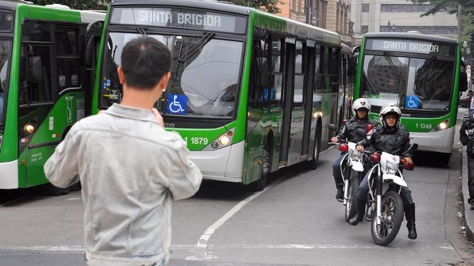 Motoristas e cobradores de ônibus da empresa Santa Brigida, durante manifestação por melhores condições de trabalho e aumento salarial