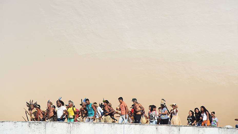 Indígenas de diferentes grupos étnicos protestam na sede do Congresso Nacional, em Brasília. A manifestação tem como objetivo chamar a atenção sobre a situação da Amazônia