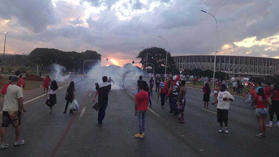 índios se juntam a protesto contra a Copa e entram em confronto com a polícia em Brasília