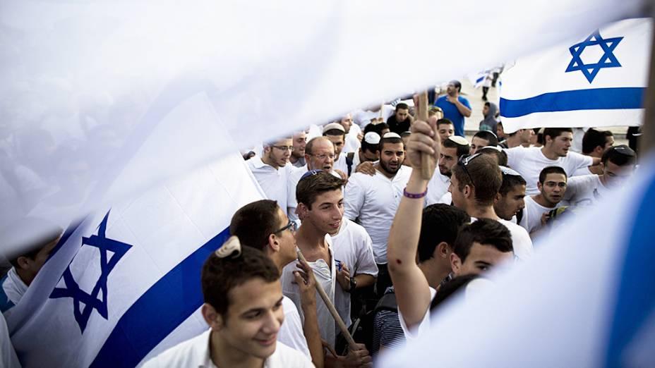 Centenas de israelenses marcharam por Jerusalém até o Muro das Lamentações em manifestação de apoio à unificação. A parte árabe de cidade foi tomada pela Jodânia em 1967