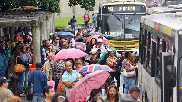 Motoristas e cobradores de ônibus do Rio de Janeiro e dos municípios de Duque de Caxias, Nova Iguaçu e Niterói, na região metropolitana, começaram nova paralisação nas cidades, às 0h desta quarta-feira (28)