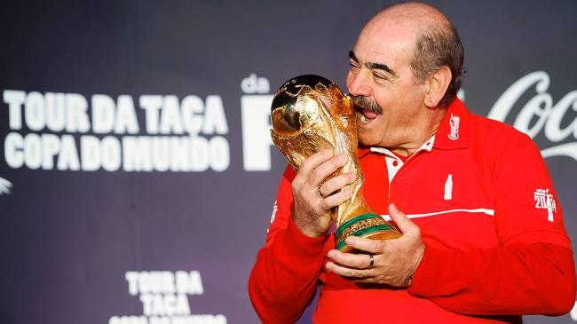 O ex-jogador Roberto Rivellino com a taça da Copa no Shopping Itaquera (zona leste de SP), na manhã desta quinta-feira (29)