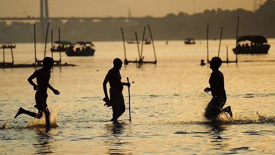 Indianos se banham na confluência dos rios Ganges, Yamuna e Saraswati, em Allahabad