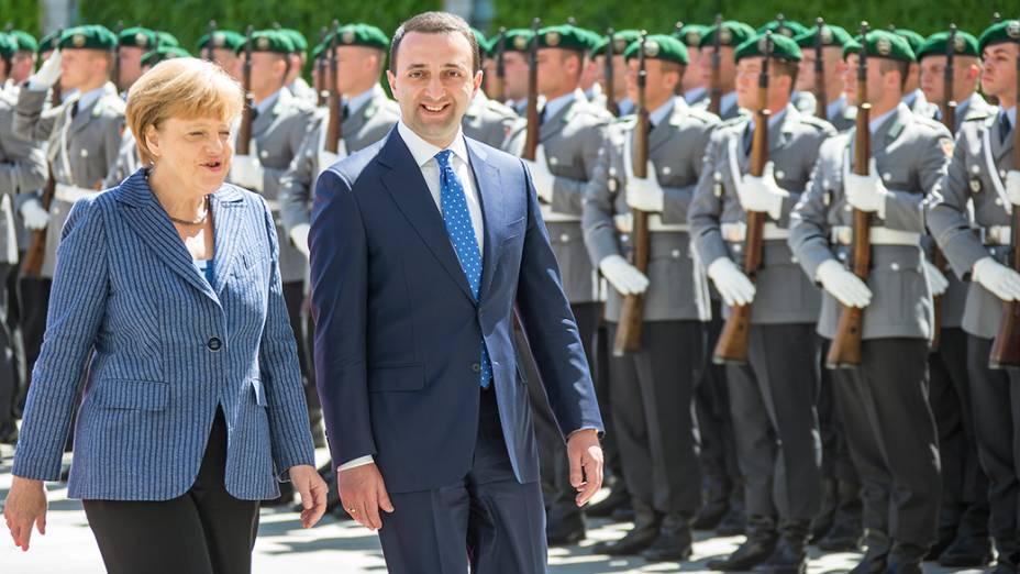 A chanceler alemã Angela Merkel e o primeiro-ministro da Georgia,Irakli Garibashvili, durante cerimônia de boas-vindas em Berlim, Alemanha