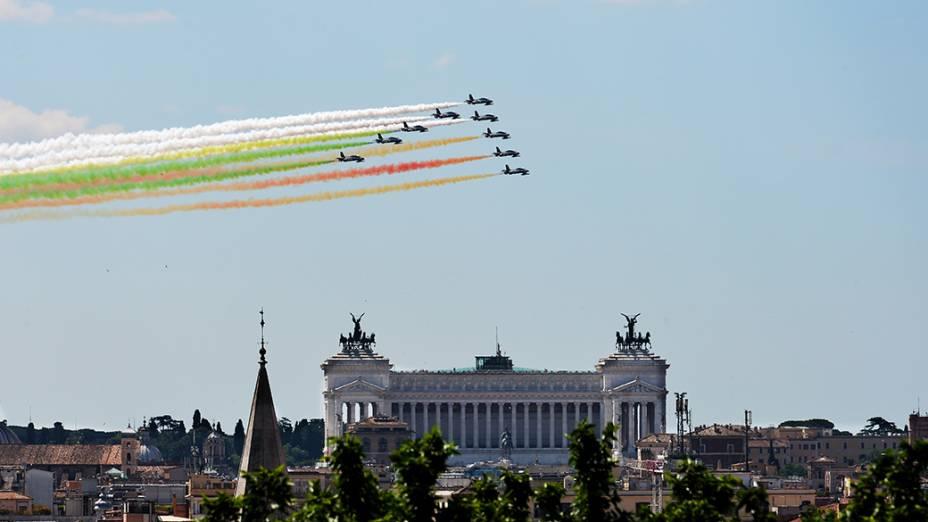 Força Aérea Italiana presta homenagem ao dia da República sobre o monumento a Vittorio Emanuele, em Roma