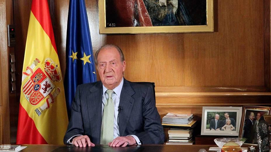 O rei da Espanha, Juan Carlos, abdica do trono após 39 anos. O príncipe Felipe, seu filho, vai sucedê-lo