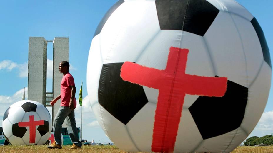 ONG Rio da Paz protestou contra os gastos com a Copa do Mundo no gramado da Esplanada dos Ministérios, em Brasília