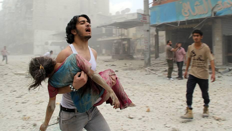 Na Síria, menina foi socorrida após ataque atribuído às forças leais ao governo de Bashar-al-Assad