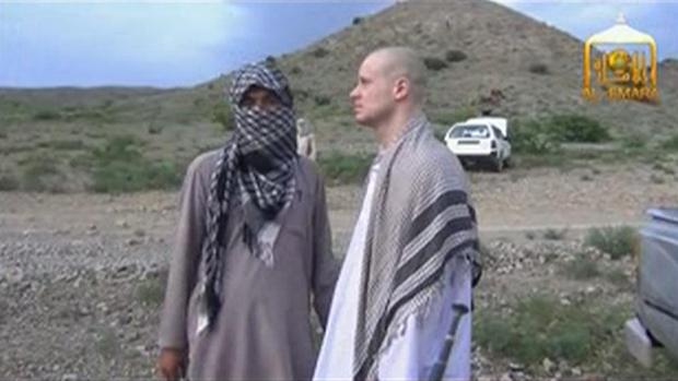 Imagem retirada de vídeo mostra sargento dos EUA Bowe Bergdahl (dir.) ao lado de combatente do Taleban pouco antes de sua libertação, no Afeganistão
