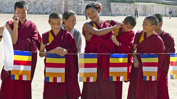 Monges budistas tibetanos antes de receber seu líder espiritual, o Dalai Lama em Dharmsala, Índia