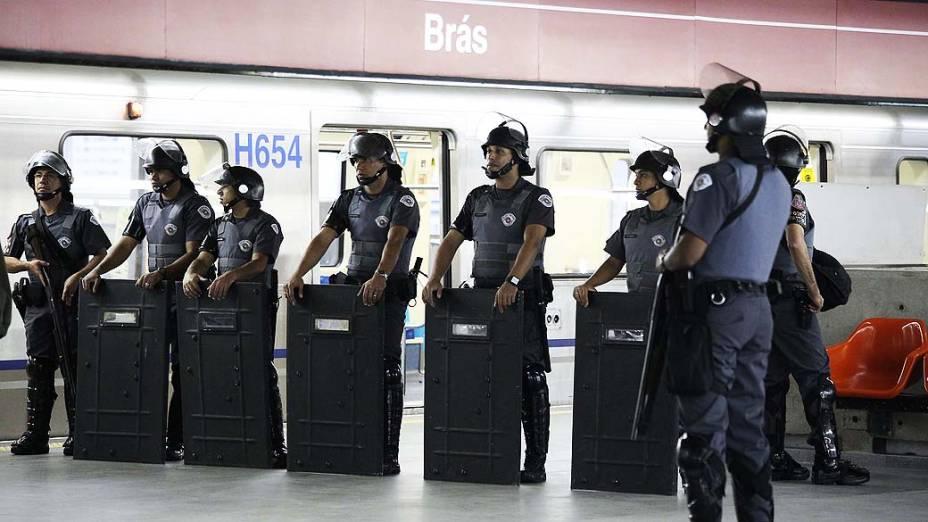 Tropa de Choque da Polícia Militar reforça a segurança na estação Brás do Metrô, durante a paralisação dos metroviários em São Paulo, SP, nesta sexta-feira (6)