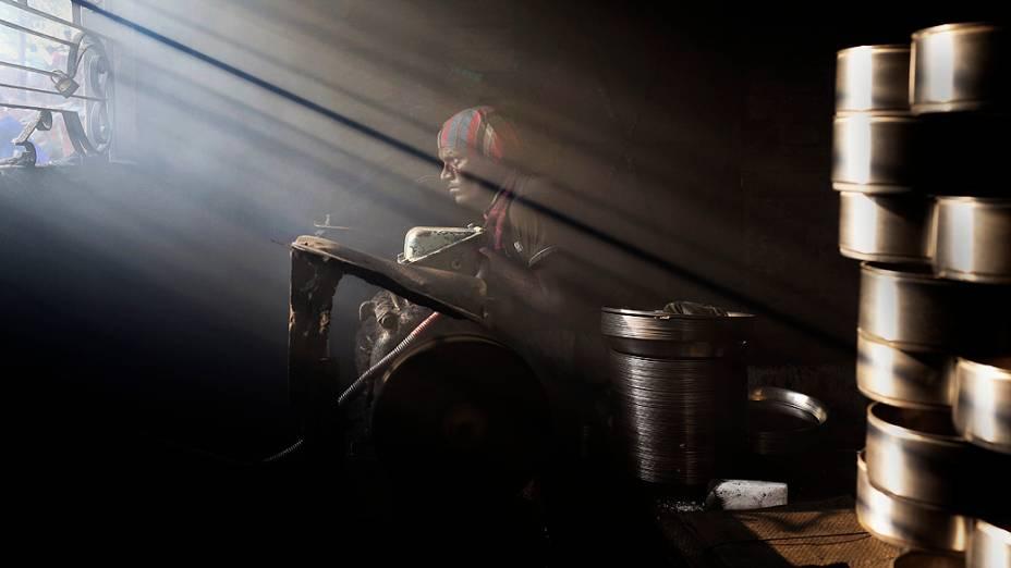 Trabalhador é fotografado em uma fábrica de metal no Dia Mundial do Meio Ambiente, em Dhaka, Bangladesh