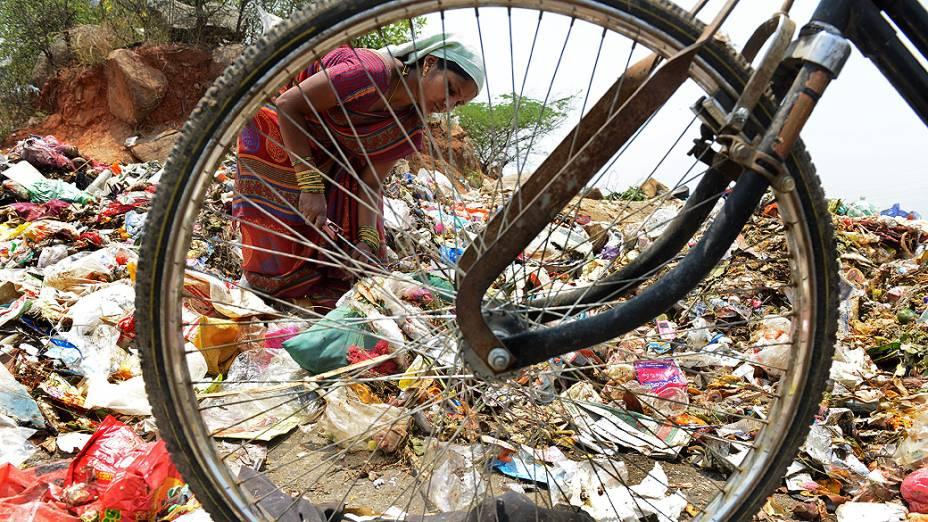 Moradores procuram materiais recicláveis em um depósito de lixo, no Dia Mundial do Meio Ambiente em Hyderabad, na Índia