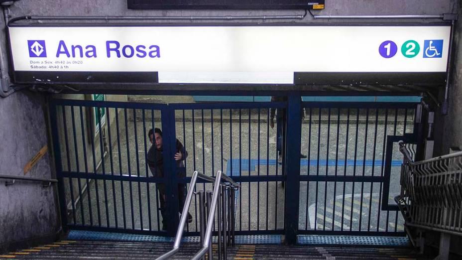 Estação Ana Rosa da Linha 1-Azul do Metrô São Paulo, que abriu as portas às 8h30, nesta sexta-feira (06), depois de um confronto entre grevistas e policiais militares. Bombas de gás foram lançadas para dispersar os manifestantes, que tentavam impedir a abertura da estação
