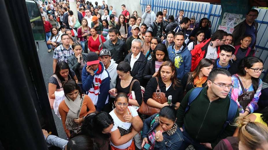 Movimentação intensa de usuários do metrô em ponto de ônibus da estação Ana Rosa do Metrô durante a paralisação dos metroviários em São Paulo, SP, nesta sexta-feira (6)
