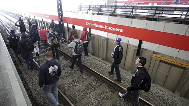 Vândalos invadem a estação Corinthians-Itaquera, na zona leste de São Paulo