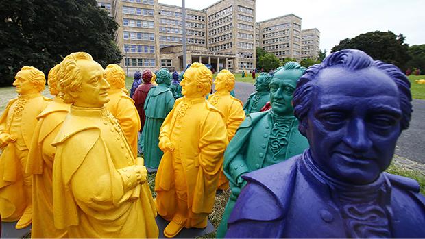 O artista alemãoOttmar Hoerl presta homenagem ao centenário da Universidade de Goethe em Frankfurt, na Alemanha