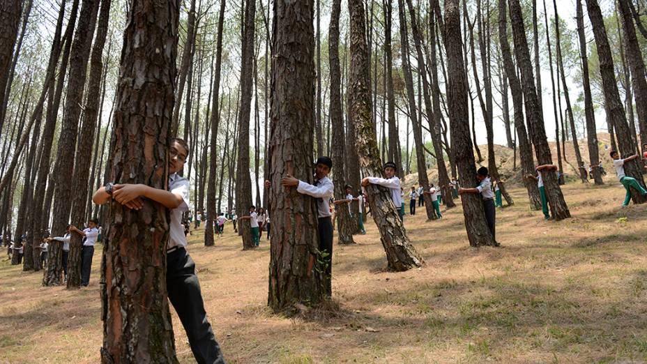 NaÍndia, crianças celebram o Dia Mundial do Meio Ambiente na floresta de Gokarna, oeste do país
