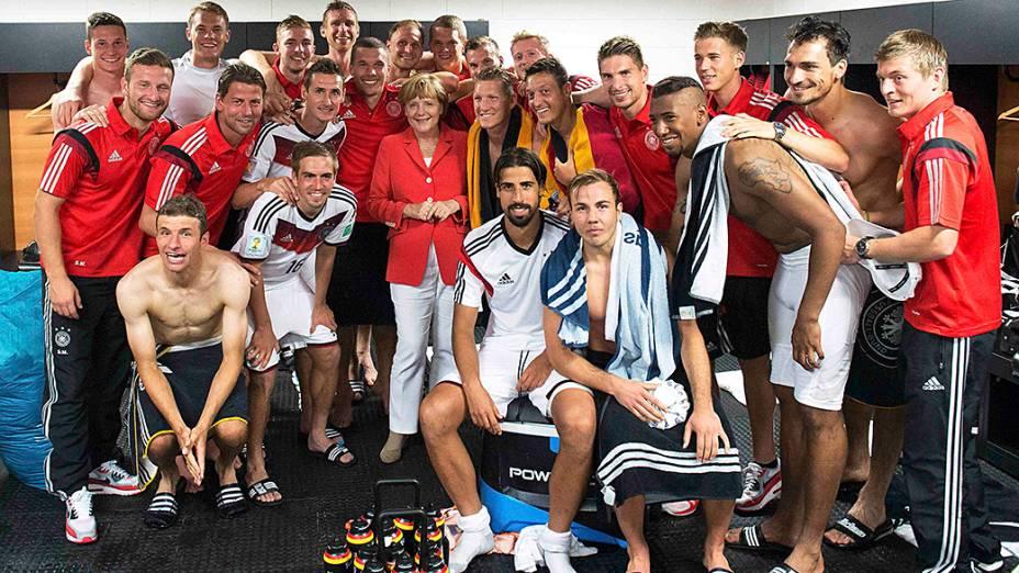 A chanceler Angela Merkel, visita o vestiário após vitória da Alemanha sobre Portugal na Arena Fonte Nova, em Salvador