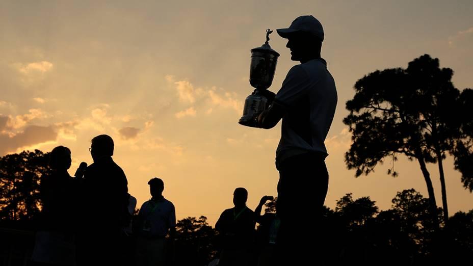 O alemãoMartin Kaymer posa com troféu após vencer o Aberto de Golfe nos Estados Unidos
