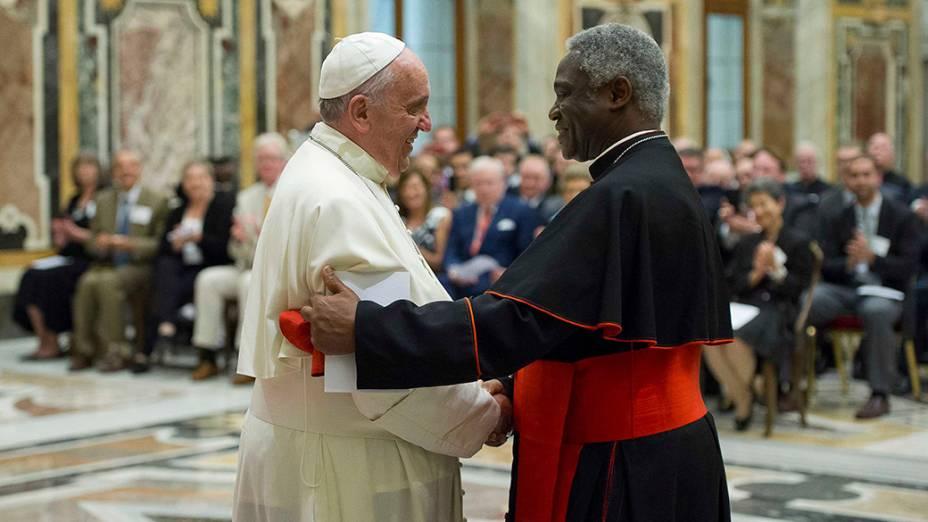 Papa Francisco cumprimenta o cardealTurkson durante uma reunião com membros do Conselho Pontifício PorJustiça e Paz, no Vaticano