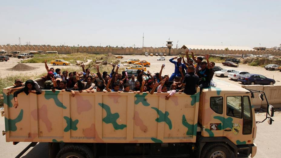 Voluntáriosse unem ao exército iraquiano para combater os militantes sunitas do Estado radical islâmico do Iraque que tomaramMosul e outras províncias ao nortede Bagdá