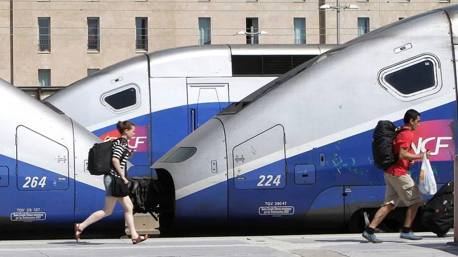 França enfrenta o sexto dia de greve ferroviária; Sindicatos são contra a reforma proposta pelo governo para estabilizar a dívida do setor e preparar abertura total à concorrência