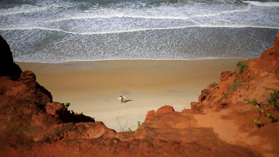 Surfista caminha na praia Cacimbinha,perto de Natal; A cidade é uma das sedes da Copa do Mundo de Futebol de 2014