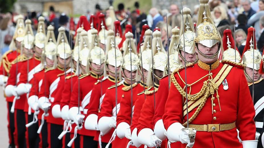 Em Windsor, soldados tomam posições durante cerimônia anual de homenagem à ordem de Garter, a mais antiga da cavalaria britânica