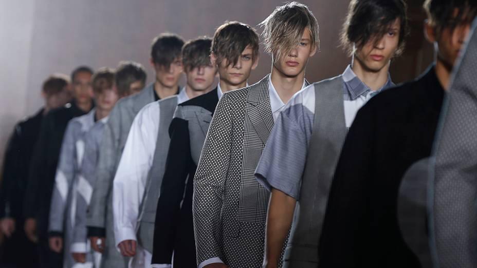 Na Inglaterra, modelos apresentam coleção deAlexander McQueen durante mostra masculina do London Collections