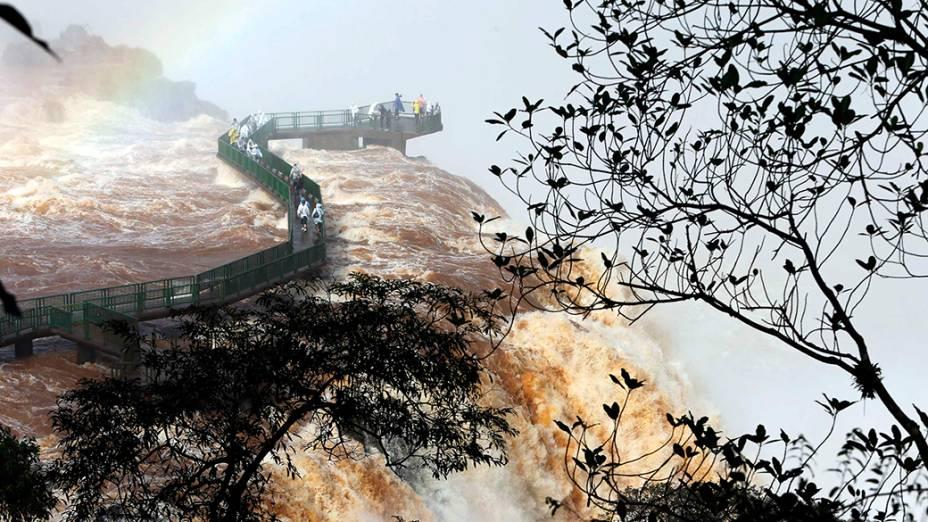 Turistas observam Cataratas do Iguaçu no Parque Nacional; A maior queda d`água da América Latinafica na fronteira entre Brasil e Argentina